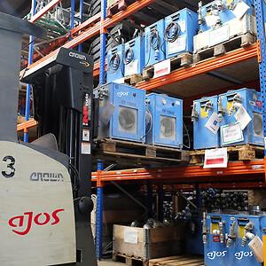 Mads Christian Petersen, der er leder af værksted og logistik i Hvidovre, giver i sommervarmen en hånd med på lageret, hvor Ajos' kaloriferer til midlertidig opvarmning gøres klar.