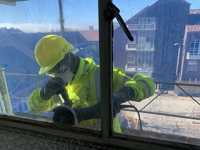 Her fritskæres vinduerne nænsomt, så det omkringliggende murværk, der skal danne rammen for nye vinduer, ikke beskadiges