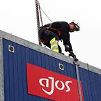Antallet af ulykker i Ajos for 2019 er pt. nul, bl.a. fordi alle medarbejdere har sikkerheden i fokus hver dag. Her samarbejder produktionstekniker Lasse Nørreskov Nielsen (på stigen) og produktionstekniker Kristian Lyhne Hansen.