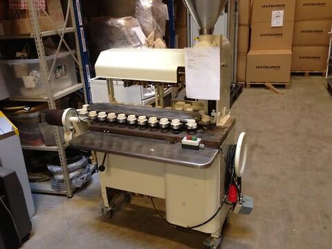 Tubefylde- og lukkemaskine