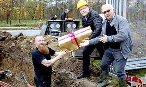 Claus Holstrøm, HSG El-Teknik, Henning Kræmmer og Karsten Ilsøe, begge Wexøe A/S, med muffe nr. 10.000