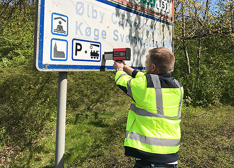 Lad os efterse dine skilte og  måle deres refleksevne  - Saferoad kan måle dine skiltes refleksevne