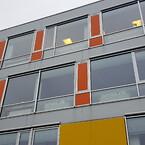 Facadeskilte printet på plade med logo til alle vinduer i et erhvervshus
