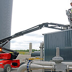 Jeppe Klug Madsen er øverste mand hos Vinkel Biogas i det daglige. Både som direktør og som her, hvor han selv tager turen op i Manitou Man'Go 12-liften for at tjekke mekanikken.