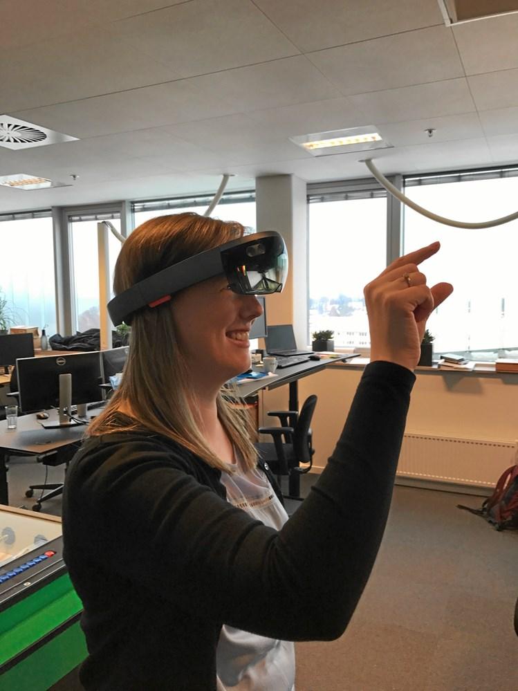7565e4c4 Via augmented reality og AR-brillen, som serviceteknikeren ifører sig på  stedet ved den defekte varmepumpe, kan man koble sig op med teknikerne  hjemme i ...