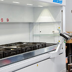 Indlagring og registering af varerne i Modula lagerautomaterne foregår let via det brugervenlige betjeningspanel. Kunde: Frontmatec. Leveret af Hans Schourup