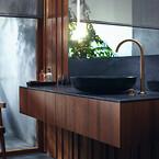 En kollektion af elegante arketyper til håndvask, badekar og bruser: AXOR One er forenet af et holistisk designsprog med slanke silhuetter, flade overflader, bløde hjørner og afbalancerede proportioner.