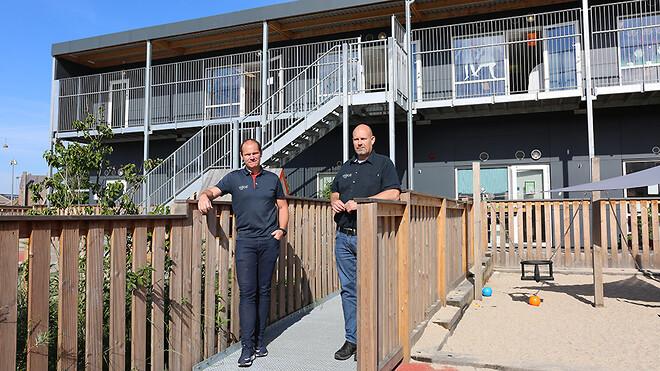 Sektionsleder for pavilloner Carsten Bøgesø og projektchef Martin Drejer Hansen er på besøg i en af de midlertidige institutioner som Ajos Pavillon for nyligt har opsat.