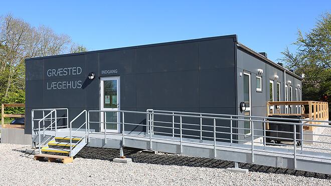 Ajos har leveret og indrettet pavilloner til en lægeklinik i Græsted i Nordsjælland.