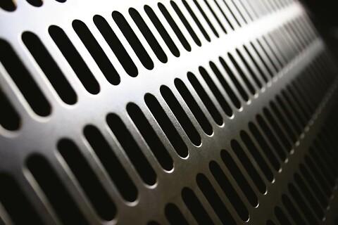 Perforering - Aflange huller - Aflange huller kan have enten runde eller firkantede ender (rektangulære huller) og bruges typisk til sier og filtre