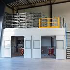 Pakkeområdet er indrettet med løfteborde og kran. Det er bygget op under mezzaninen