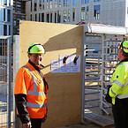 Driftschef Flemming Madsen (tv.) og byggeleder Sune Waage Hansen ved indgangen til den plads, som Ajos har haft ansvaret for at asfaltere.