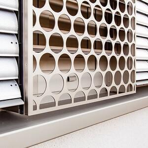 De perforerede metalplader er fremstillet af EN 5005 aluminium og er anodiseret for maksimal holdbarhed