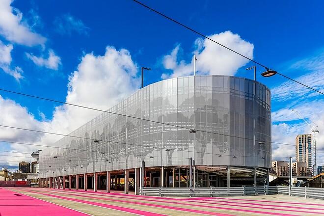 Wembley Pink parkeringshus med sin karakteristiske lyserøde farve