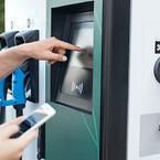 Betalskärm på laddstolpe för elbil.  Lås och skärmfäste för invänding montering Aero Materiel Locks to Electronic Vehical Charching  pole - Aero Materiel