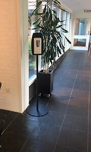 Sort og hvid berøringsfri dispenser med gulvstander hos Skanderborg Park