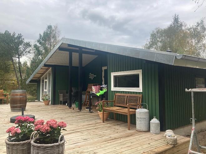 Her ser du et sommerhus, hvor vi har bukket zinkplader efter mål, som kunden derefter selv har monteret. Zinket fås i forskellige grå nuancer. Kontakt os for et tilbud.