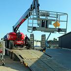 En af dem, der rækker rigtig højt, er kommet hjem efter udlejning og køres ned til klargøring til den næste kunde. Efter at to nye er kommet til, har Slagelse Lift nu fire Manitou 280TJ med arbejdshøjde på 28 meter og 350 kg kapacitet i kurven.