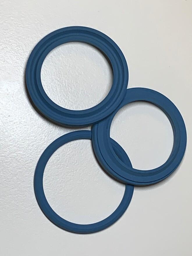 O-ring, U-manchet og skrabering i detekterbart blåt Viton-materiale.