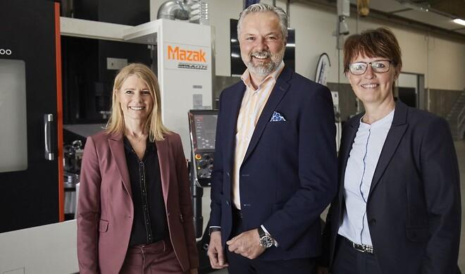 Mona Jakobsen og Lene Villadsen fra hi-teamet i selskab med administrerende direktør Lars Lynge fra Yamazaki Mazak Danmark A/S. Foto: MCH/Merrild.