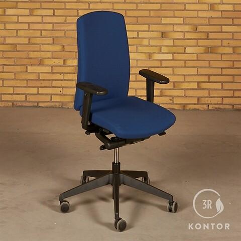 Duba sitana kontorstol. blåt stof. sort fod.