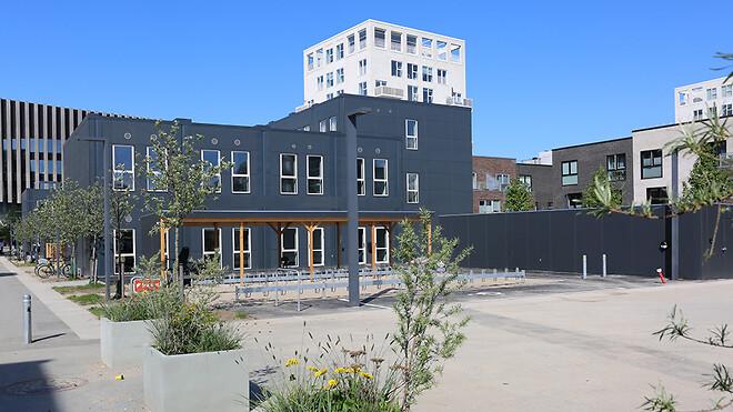 Danmark har fået endnu en Svanemærket skole. Den er opført på Kirkegrunden på Amager, og er ligesom den første svanemærkede skole bygget af Ajos' bæredygtige pavillonmoduler.