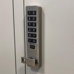 Elektroniske låse på omklædningsskabe er lette at bruge.