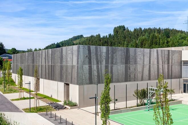 Byggnaden färdigställdes som planerat och idag smälter den in väl i naturlandskapet