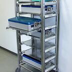 RUSTFRI TÅRNVOGN. Vognen er beregnet til transport og opbevaring af sterile operationsinstrumenter og\ner fremstillet i 100% rustfrie materialer.