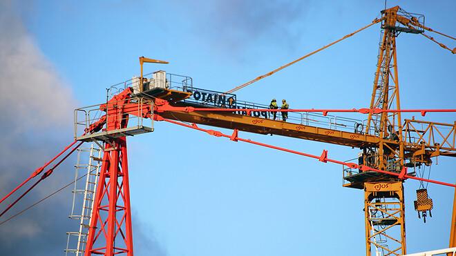 De ni Potain-kraner vil blive sat i arbejde på de forskellige byggepladser, og Ajos kranmontører er netop nu ved at opsætte nummer tre.