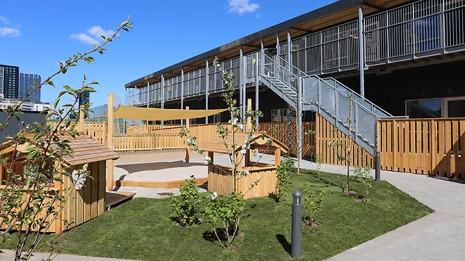 I alt 24 standardmoduler er blevet bygget sammen og har skabt en moderne institution på 960 kvm. med vuggestue og børnehave.