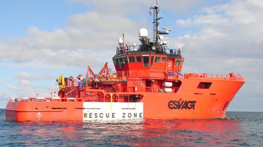 Esvagt-skib redder tre personer fra kæntret jolle