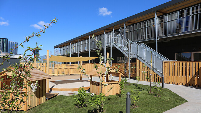 Denne integrerede børneinstitution i Ørestaden er bygget af den modulserie, som Ajos netop har fået opgraderet, så de nyproducerede moduler i dag lever på til Svanemærkets krav.