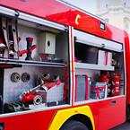 Brandbil, räddningsfordon som har öppna luckor med räddningsmaterial förvarat. Lås monterat i luckor och dörrar- finns hos Aero Materiel