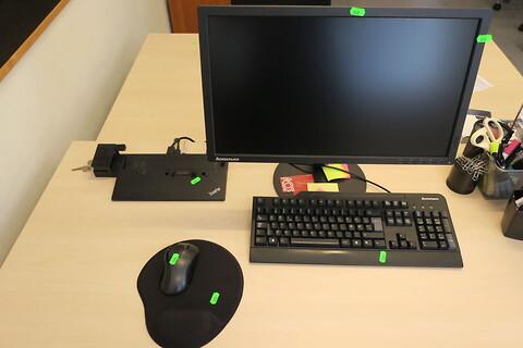 Computerskærm lenovo med tastatur og dockingstation