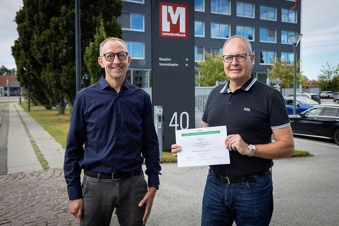 Produktspecialist Steffen Sohl (th) fra stål- og teknikgrossisten Lemvigh-Müller fik sit IAD Advanced-certifikat overrakt af Product Manager Søren Nørgaard Andersen (tv) fra Schneider Electric.