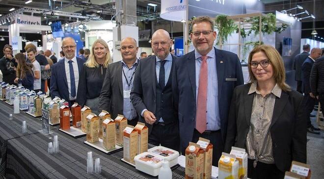 Danmarks bedste mejeriprodukter blev kåret på hi-messen tirsdag 5. oktober. Med til kåringen var (fra venstre): Steen Nørgaard Madsen (formand for Mejeriforeningen), Anne Arhnung (adm. direktør for Landbrug & Fødevarer), Søren Jensen (formand for udstillingsudvalget), Georg Sørensen (adm. direktør i MCH A/S), Lars Johannes Nielsen (chefkonsulent i Mejeriforeningen) og Naja Locht (konsulent i Mejeriforeningen). Foto: MCH/Lars Møller.