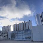 Alfix anno 2021. Fabrikken ligger stadig i Kolding - i dag er der 48 medarbejdere på fabrikken, der producerer støbemasse, gulvspartelmasse, vådrumsmembraner, vandtætning, fliselim, fliselklæber, fliseklæb, fugemasse, flisefuge, facadepuds, armeringspuds, isoleringspuds og facademaling.
