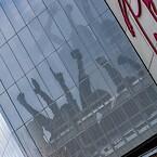 Jublende fans pryder facaden på parkeringshuset til det ikoniske stadion