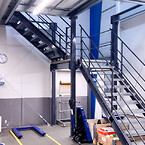 Trappen er placeret i hjørnet af pakkeområdet, og giver sikker adgang til materialerne ovenpå.