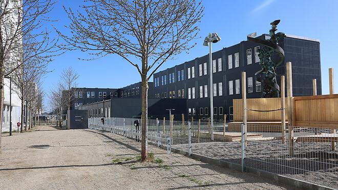 Med nyudviklede pavillonmoduler, som efterlever Svanemærkets krav, har Ajos a/s netop afleveret Danmarks første svanemærkede skole til Københavns Kommune.