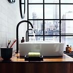 I samarbejde med den britiske designerduo Barber Osgerby præsenteres tre badeværelseskoncepter, der visualiserer ideen om 'Compact Luxury' i metropolerne New York, Seoul og København.