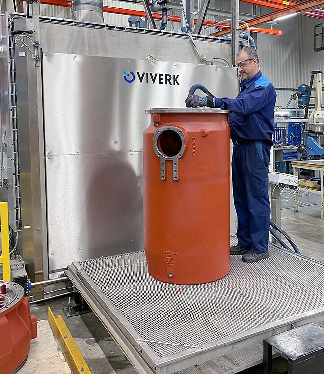 Mats Olausson på Xylem lastar gods på en av in- och utmatningsvagnarna som numera är i golvnivå.