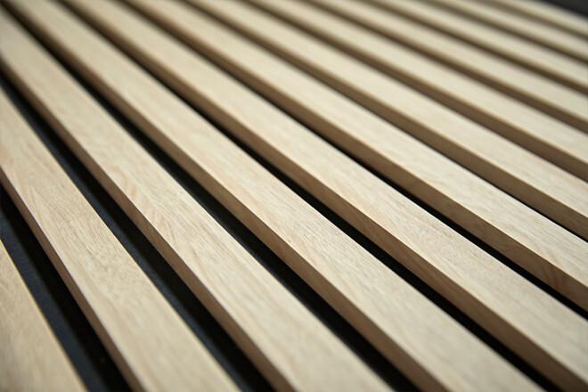 Forzes Acoustics består af en akustikplade, krydsfinérlister på bagsiden og trælister på forsiden, der giver panelet en eksklusiv finish.