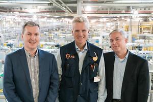 Sammen ønsker Steve Mahon, administrerende direktør i Mura Technology Limited (til venstre), Oliver Borek, administrerende direktør i Mura Europa GmbH (til høyre) og Frank Blase, administrerende direktør i igus GmbH (midten) å resirkulere plast og gi dem et nytt liv. (Kilde: igus GmbH)