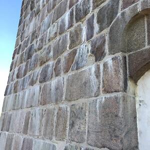 Assinge kirke kun mur