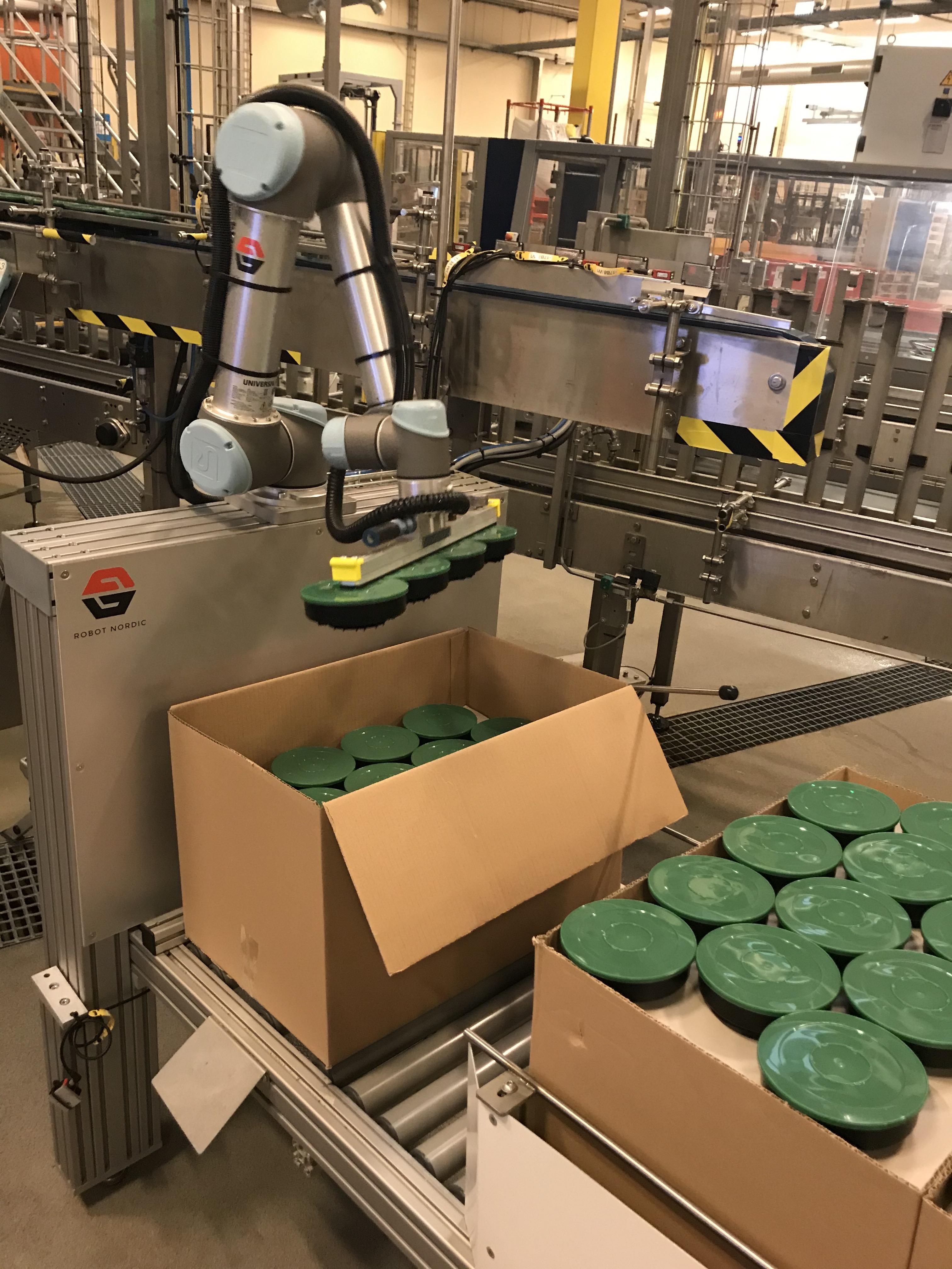 De båda cobotarna på Carlsbergs bryggeri i danska Fredericia kan hantera upp till 500 kartonger i timmen. Förutom bättre arbetsmiljö för personalen frigör cobotarna arbetstid som istället kan läggas på kvalitetskontroll och linjeskötsel.