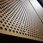 Facaden af 385 perforerede aluminiumsplader dækker et areal på 1640 m2