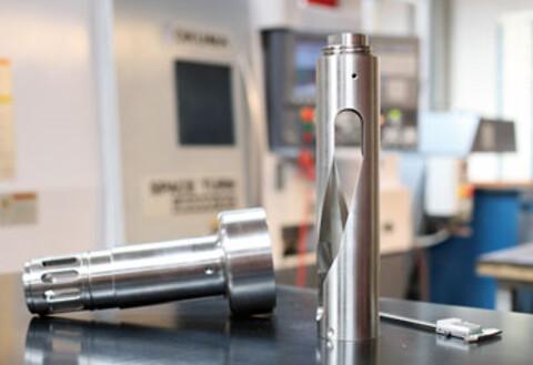 Alsidig maskinbearbejdning i forskellige metaller - Med en stor og moderne CNC-styret maskinpark kan vi tilbyde . Maskinparken omfatter avancerede maskincentre, drejebænke samt en række andre maskiner til boring, fræsning og drejning.