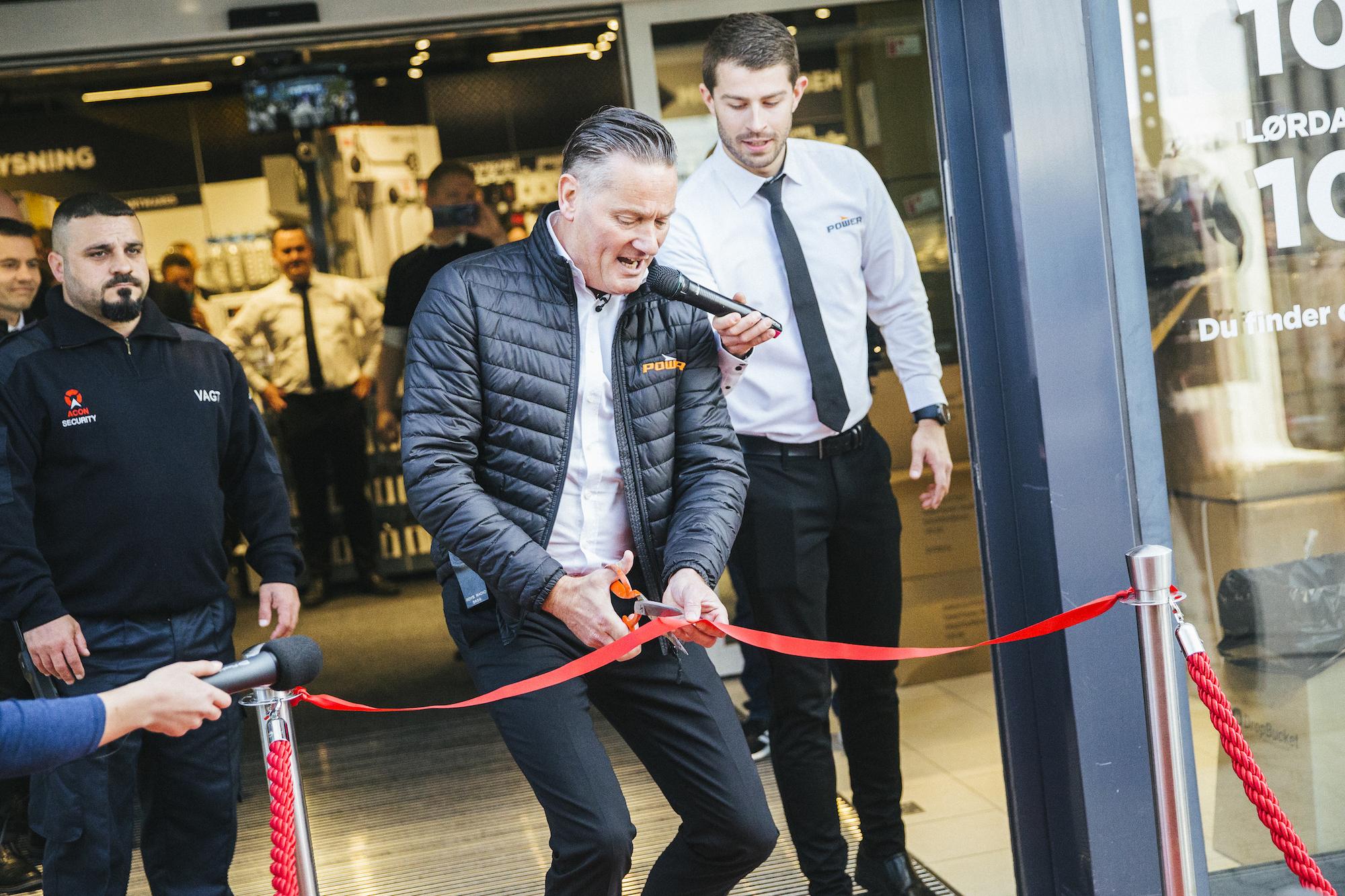 0d45ae5cbc5 Direktør Jesper Boysen indviede den nye Power-butik i Køge. Foto: PR